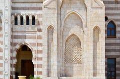 Een muur met een mooie textuur van een Moslim Islamitische Arabische die moskee van witte baksteenarchitectuur wordt gemaakt met  royalty-vrije stock afbeelding