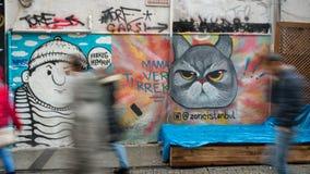 Een muur met muurschilderingen in Besiktas-District met vage uit mensen, Istanboel Royalty-vrije Stock Foto's