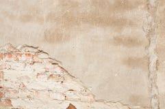 Een muur met pleister en baksteen Stock Afbeelding