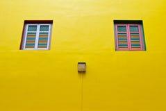 Een muur met twee vensters royalty-vrije stock foto's