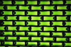 Een muur van bierflessen die wordt gemaakt Stock Fotografie