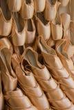 Een Muur van de Gestapelde Roze Pantoffels van het Satijnballet Royalty-vrije Stock Foto