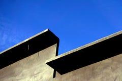 Een muur van geprefabriceerd beton tegen een blauwe hemel met open plek - Beeld stock afbeelding