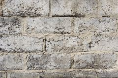 Een muur van grijze bakstenen wordt gemaakt die stock fotografie