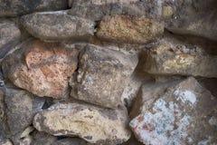 Een muur van grote rotsen en stenen wordt samengesteld die royalty-vrije stock afbeeldingen