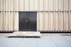 Een muur van houtwhit een deur stock fotografie