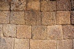 Een muur van onregelmatige gele vulkaansteen wordt gemaakt kubeert - angkor die wat Stock Fotografie