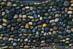 Een muur van ronde rotsen wordt gemaakt die Stock Afbeeldingen