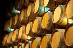 Een muur van Wijnvatten stock afbeeldingen