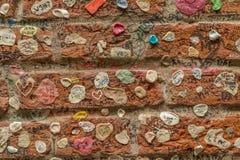 Een muur in Verona met gom wordt behandeld die Stock Foto's