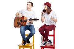 Een muzikaal duo van een jong paar stock fotografie