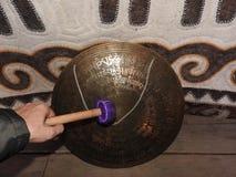 Een muzikaal instrument voor het spelen van godsdienstige muziek in shamanistic of Boeddhistische tempels Gong voor muziekprestat stock foto