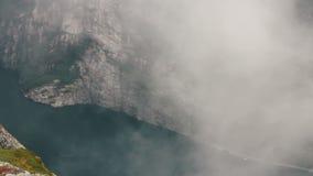 Een mystieke mist Lysefjord in Noorwegen met bergen stock videobeelden