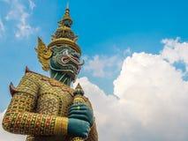 Een mythisch reuzebeeldhouwwerk bevindt zich majestically aangezien een beschermer van bescherming, volgens lokale Thai gelooft Stock Foto