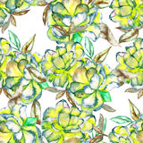 Een naadloos bloemenpatroon met de waterverf groene en gele exotische bloemen en de bruine bladeren Stock Foto's
