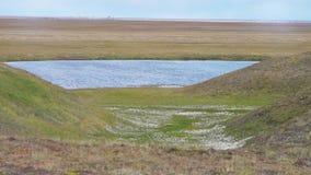 Een naamloos reservoir in de steppe video Waterreservoir in de steppe stock videobeelden