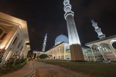 Een nachtmening bij Blauwe Moskee, Sjah Alam, Maleisië stock foto
