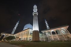 Een nachtmening bij Blauwe Moskee, Sjah Alam, Maleisië royalty-vrije stock foto