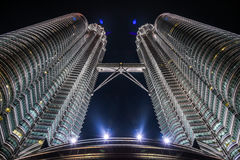 Een nachtmening van de mooie tweelingtoren van Petronas KLCC in Kuala Lumpur-stad Royalty-vrije Stock Foto