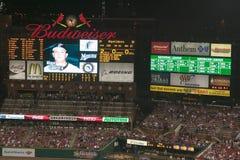 In een nachtspel en een lichte regenmist, wordt een scorebord gezien bij het 3de Busch Stadion, StLouis, Missouri op 29 Augustus, Royalty-vrije Stock Foto's