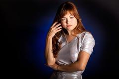 Een nadenkende vrouw in studio Royalty-vrije Stock Afbeeldingen