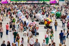 Een Nationaal huis voor Mexicaanse ventilators in Gostiny Dvor Viering van de Dag van de Doden Grote voetbalballen in de stijl va Stock Afbeeldingen