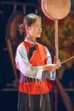 Een Naxi-vrouw presteert in een theater, Lijiang, China royalty-vrije stock foto's
