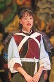 Een Naxi-vrouw presteert in een theater, Lijiang, China stock fotografie