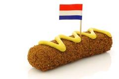 Een Nederlandse snack riep kroket met mosterd stock fotografie