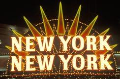 Een neonteken dat ? New York, New York ? bij het hotel en casino in Las Vegas, Nevada leest royalty-vrije stock foto's