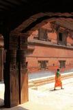 Een Nepalese vrouw die in oud Royal Palace lopen Royalty-vrije Stock Fotografie