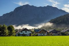 Een nevelige ochtend in Altaussee, Oostenrijk royalty-vrije stock afbeelding