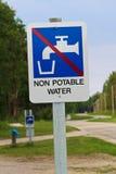 Een niet drinkbaar waterteken bij een sanidumppost stock foto's