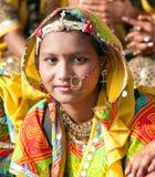 Een niet geïdentificeerd meisje in kleurrijke etnische kledij is op P aanwezig royalty-vrije stock afbeeldingen