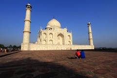 Een niet geïdentificeerd paar geniet van architecturale wonder van het witte marmeren mausoleum Taj Mahal in Agra, India Stock Fotografie