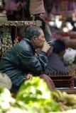 Een niet geïdentificeerde Birmaanse mens die een sigaar zonder puntsigaar in markt roken bij bagan, Myanmar Royalty-vrije Stock Afbeeldingen