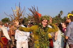 Een niet geïdentificeerde mens in een groen die kostuum van natuurlijke materialen bij het jaarlijkse festival wordt gemaakt, Aram Stock Foto