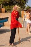 Een niet geïdentificeerde mens in een pruik zette op een rode sjaal bij het jaarlijkse festival van Freaks, Arambol-strand, Goa, I Stock Afbeelding