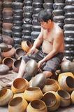 Een niet geïdentificeerde mens maakt de aalmoes-kom van de monnik Stock Fotografie