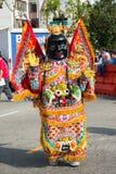 Een niet geïdentificeerde mens met Chinees kostuum en masker Stock Foto's