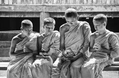 Een niet geïdentificeerde monnik die jonge beginnermonniken onderwijst royalty-vrije stock fotografie
