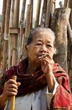 Een niet geïdentificeerde oude etnische vrouw van Mon stelt voor de foto Stock Afbeeldingen