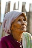 Een niet geïdentificeerde oude etnische vrouw van Mon stelt voor de foto Royalty-vrije Stock Foto