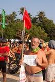 Een niet geïdentificeerde oudere mens met teken in zijn handen bij het jaarlijkse festival van Freaks, Arambol-strand, Goa, India, Stock Afbeeldingen