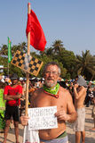 Een niet geïdentificeerde oudere mens met teken in zijn handen bij het jaarlijkse festival van Freaks, Arambol-strand, Goa, India, Royalty-vrije Stock Afbeeldingen