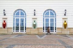 Een niet geïdentificeerde stafmedewerker in Luxemburg die zich omhoog langs foreside van een beleidsgebouw haasten Stock Afbeeldingen