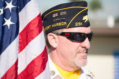 Een niet geïdentificeerde veteraan met Amerikaanse vlag Stock Fotografie