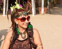 Een niet geïdentificeerde vrouw in Carnaval-kostuum bij het jaarlijkse festival van Freaks, Arambol-strand, Goa, India Royalty-vrije Stock Afbeelding