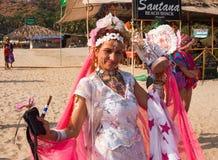 Een niet geïdentificeerde vrouw danst in het heldere Carnaval-kostuum bij het jaarlijkse festival van Freaks, Arambol-strand, Goa, Stock Foto