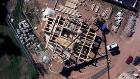 Een nieuw huis in aanbouw klem Hoogste mening van de bouw van een blokhuis stock video